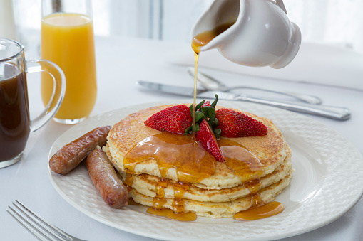 Maple Syrup「Maple syrup being poured on pancakes」:スマホ壁紙(7)