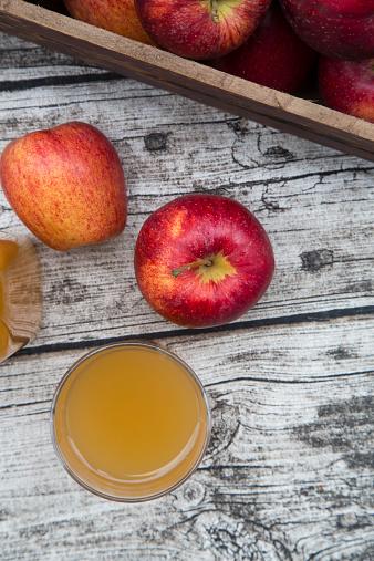 Apple Juice「Glass of apple juice and red apples on wood」:スマホ壁紙(9)
