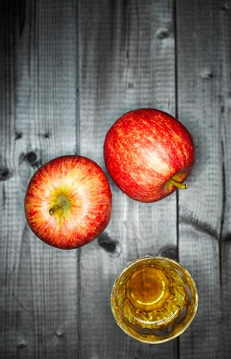 Apple Juice「Glass of apple juice and two apples on wood」:スマホ壁紙(19)
