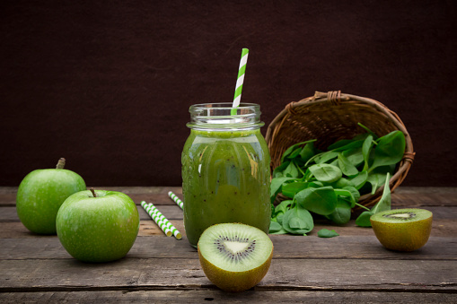 Kiwi「Glass of apple kiwi spinach smoothie and ingredients」:スマホ壁紙(17)