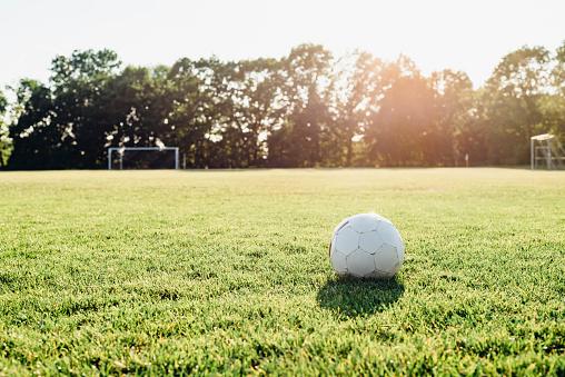 昼間「Soccer ball on soccer field」:スマホ壁紙(2)