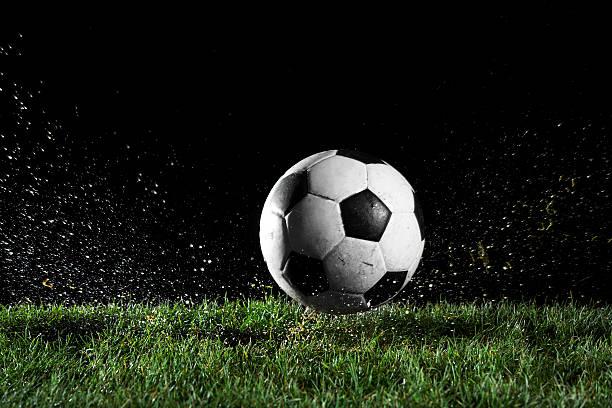 サッカーボールの動きを芝生:スマホ壁紙(壁紙.com)