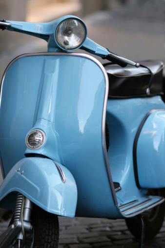 Motorcycle「ブルーのイタリア産ビンテージスクーターでローマ(イタリア)」:スマホ壁紙(11)