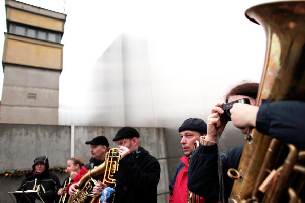 Waiting「Germany Celebrates 20 Years Fall Of The Berlin Wall」:写真・画像(12)[壁紙.com]
