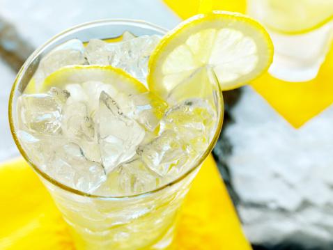 Juice - Drink「Lemonade on an Outdoor Patio」:スマホ壁紙(3)