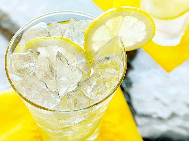 Lemonade on an Outdoor Patio:スマホ壁紙(壁紙.com)