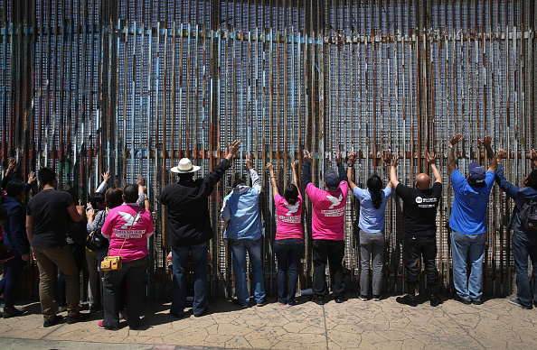 横位置「Mexicans Meet Separated Family Members Through U.S.-Mexico Border Fence In Tijuana」:写真・画像(2)[壁紙.com]