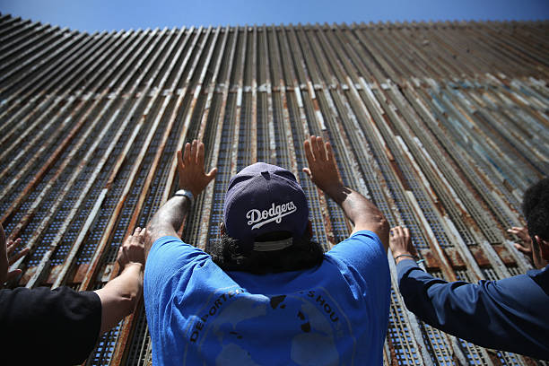Mexicans Meet Separated Family Members Through U.S.-Mexico Border Fence In Tijuana:ニュース(壁紙.com)