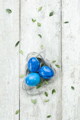 イースター「Blue Easter eggs on wood」:スマホ壁紙(7)