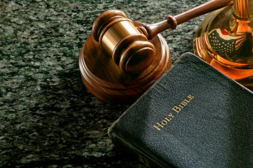 Religion「Gavel and Holy Bible」:スマホ壁紙(4)