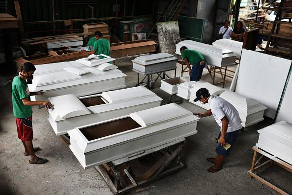 Surrendering「Filipino Drug Users Build Coffins In Rehab」:写真・画像(13)[壁紙.com]