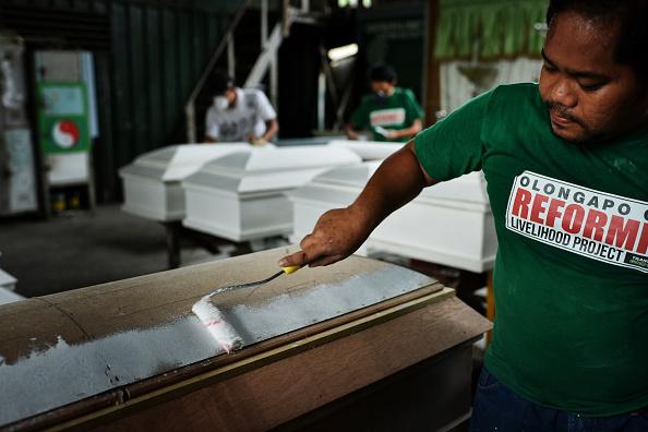 Surrendering「Filipino Drug Users Build Coffins In Rehab」:写真・画像(14)[壁紙.com]