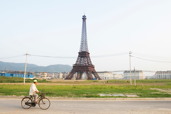 Imitation「A cyclist passes the Eiffel tower replica at Tiandu Cheng, a Parisian-themed residential development under construction in Hangzhou, China, August 11, 2007.  The development was designed by the Hangzhou Urban planning institute with consultation from Atk」:写真・画像(17)[壁紙.com]