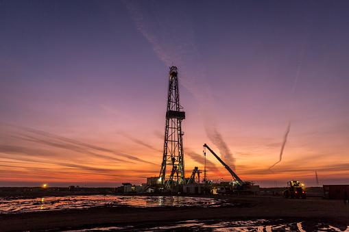 Oil Industry「Fracking oil rig at dawn」:スマホ壁紙(2)