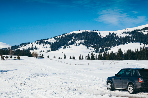 Snowfield「Bulgaria, Pirin mountains, Offroad car during winter in the mountains, snowy field」:スマホ壁紙(6)