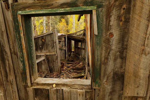 Uncompahgre National Forest「View through window of abandoned building in the ghost town of Ironton」:スマホ壁紙(1)