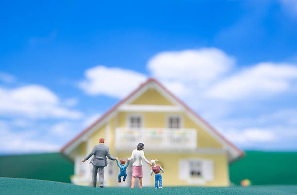 Miniature model family walking toward house, rear view:スマホ壁紙(壁紙.com)