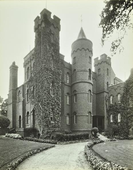 Awe「Vanbrugh Castle, Westcombe Park Road, Greenwich, London, May 1933」:写真・画像(16)[壁紙.com]