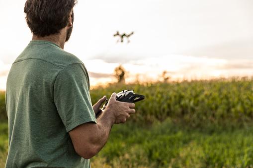 農業「Man Flying a Drone at Sunset」:スマホ壁紙(10)