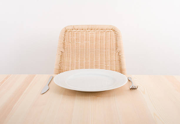 Image of a single plate with an empty seat at a table:スマホ壁紙(壁紙.com)