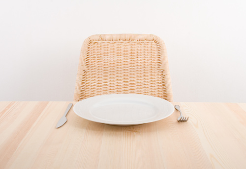 Meal「Image of a single plate with an empty seat at a table」:スマホ壁紙(10)