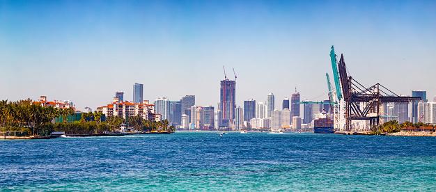 Miami Beach「港湾施設とフィッシャー島パノラマ ダウンタウンのスカイライン」:スマホ壁紙(17)