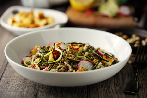 Healthy lentil and courgette noodles salad with grilled halloumi cheese cubes:スマホ壁紙(壁紙.com)