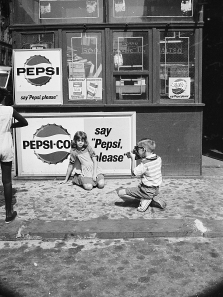 Archival「Boy Photographing Girl By Pepsi Sign」:写真・画像(15)[壁紙.com]