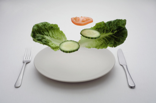 Hovering「Salad leaves, cucumber and tomato slices hovering above plate, studio shot」:スマホ壁紙(18)