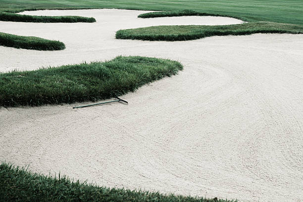 Sand trap on golf course, elevated view:スマホ壁紙(壁紙.com)