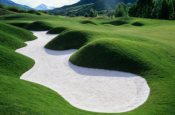 Sand trap on golf course:スマホ壁紙(壁紙.com)