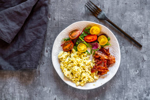 Scrambled eggs with fried bacon and salad with tomato, low carb, from above:スマホ壁紙(壁紙.com)