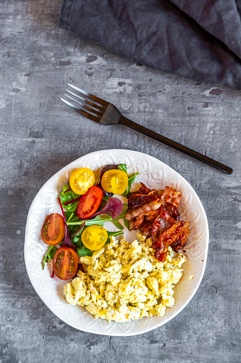 Ketogenic Diet「Scrambled eggs with fried bacon and salad with tomato, low carb, from above」:スマホ壁紙(14)
