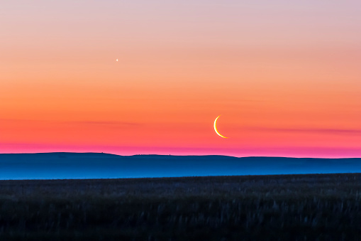 半月「Moon and Venus rising over the flat prairie horizon of Alberta, Canada.」:スマホ壁紙(13)