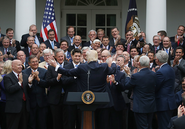 Congratulating「President Trump Speaks At The White House After The House Voted On Health Care Bill」:写真・画像(2)[壁紙.com]
