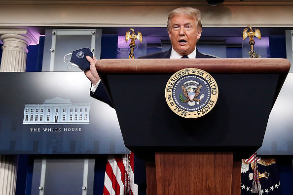 Holding「President Donald Trump Holds White House Press Briefing」:写真・画像(14)[壁紙.com]