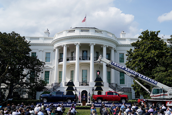 South Lawn「President Trump Delivers Remarks At The White House On Rolling Back Regulations」:写真・画像(13)[壁紙.com]