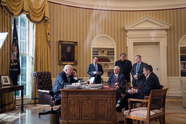 Drew Angerer「Donald Trump Speaks With Russian Leader Vladimir Putin From The White House」:写真・画像(0)[壁紙.com]