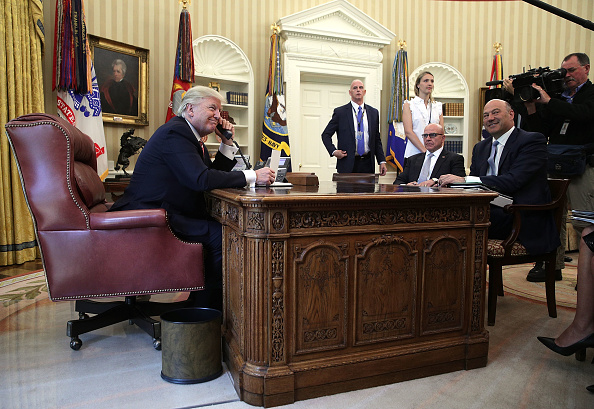Oval Office「President Trump Calls Prime Minister Of Ireland From Oval Office」:写真・画像(19)[壁紙.com]