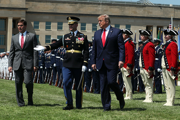 Three People「President Trump Participates In Full Honors Welcome Ceremony For New Secretary Of Defense Mark Esper At The Pentagon」:写真・画像(12)[壁紙.com]