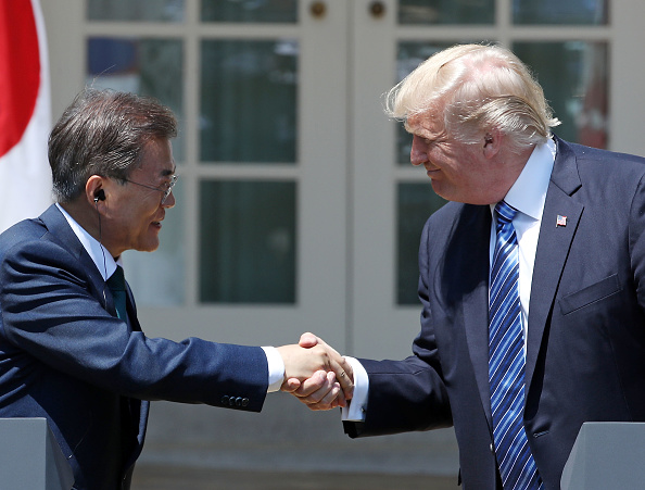 Hand「President Trump And South Korean President Moon Give Joint Remarks In Rose Garden Of White House」:写真・画像(18)[壁紙.com]