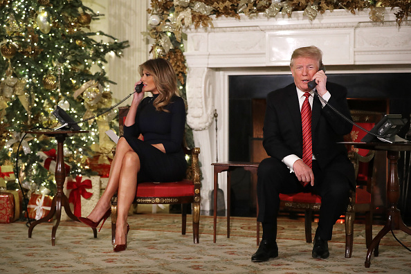 Christmas「The President And First Lady Assist NORAD With Santa Tracker Phone Calls」:写真・画像(15)[壁紙.com]