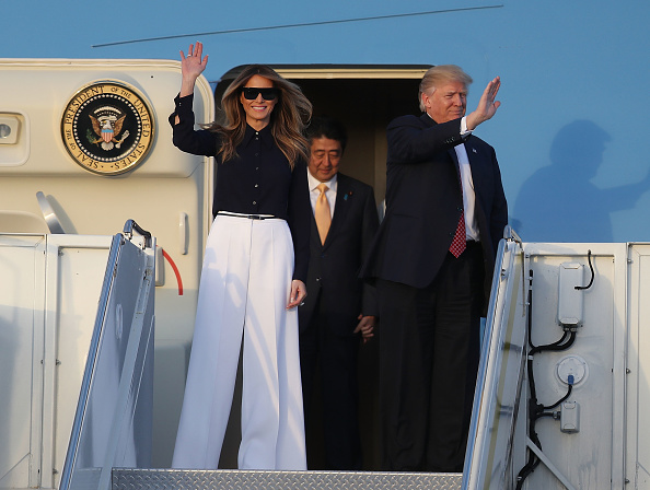 West Palm Beach「President Trump Arrives In West Palm Beach With Japanese Prime Minister Shinzo Abe For Weekend At Mar-a-Lago」:写真・画像(0)[壁紙.com]