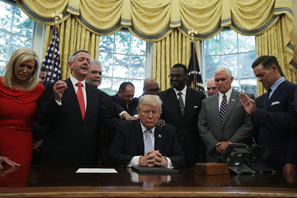 Leadership「President Trump Signs Proclamation Declaring Sunday Day Of Prayer For Victims Of Hurricane Harvery」:写真・画像(0)[壁紙.com]