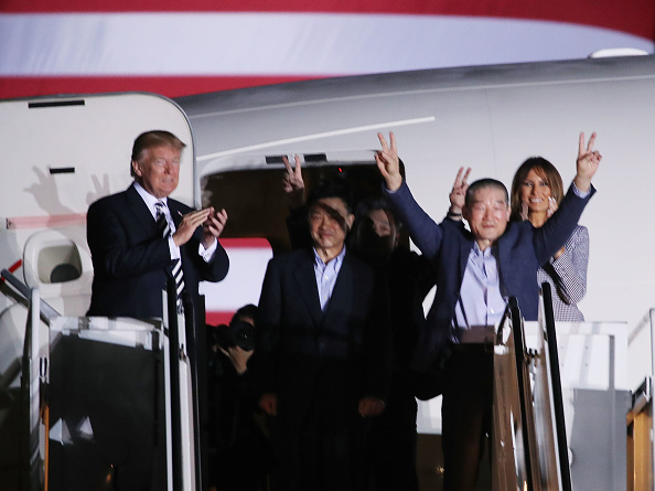 Mark Wilson「President Trump Greets The Three Americans Freed From North Korea Upon Their Arrival Back In The U.S.」:写真・画像(14)[壁紙.com]