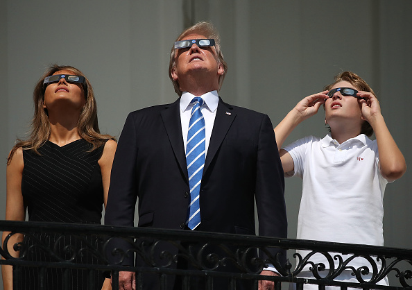 女性「President Trump Views The Eclipse From The White House」:写真・画像(0)[壁紙.com]