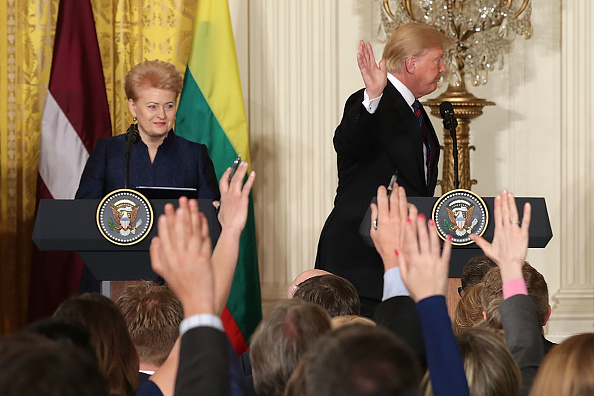 Waving「Trump Holds Joint Press Conf. With Estonian, Latvian And Lithuanian Leaders」:写真・画像(16)[壁紙.com]
