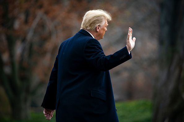 Waving - Gesture「President Trump Departs The White House En Route To Army v Navy Football Game」:写真・画像(5)[壁紙.com]