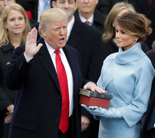 Holding「Donald Trump Is Sworn In As 45th President Of The United States」:写真・画像(19)[壁紙.com]