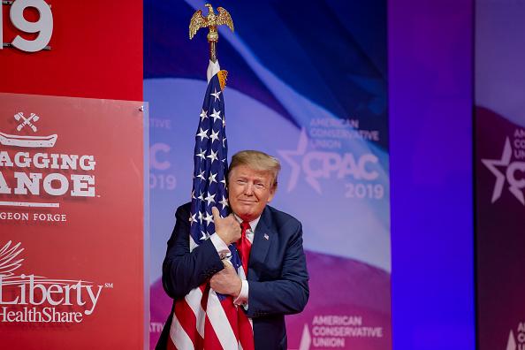Holding「President Trump Addresses Conservative Political Action Conference」:写真・画像(4)[壁紙.com]